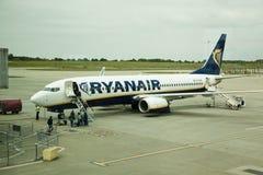 伦敦,斯坦斯特德机场,英国- 2014年5月26日:斯坦斯特德机场,准备好瑞安航空公司的航空器离去 库存照片
