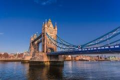 伦敦,明白蓝天塔桥梁  图库摄影