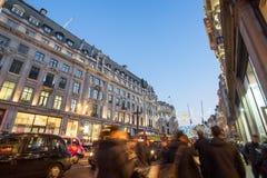 """伦敦,英国†""""2014年12月30日:在销售海中的牛津街道 库存照片"""
