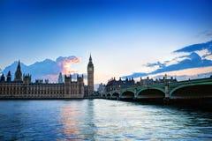 伦敦,英国。大本钟,日落的威斯敏斯特宫 免版税库存图片