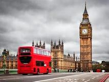 伦敦,英国。红色公共汽车和大本钟 免版税库存图片