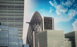 伦敦,英国。美好的现代地平线和摩天大楼日落的 免版税库存照片