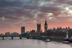 伦敦,英国全景 大本钟在泰晤士河的威斯敏斯特宫殿日落的 免版税库存照片
