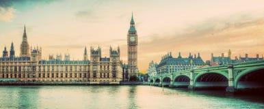 伦敦,英国全景 大本钟在泰晤士河的威斯敏斯特宫殿 葡萄酒 库存照片