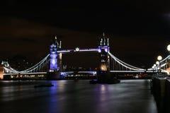 伦敦,英国,庄严和历史的塔桥梁在晚上 库存照片