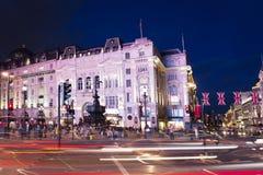 伦敦,英国,英国:2017年6月16日-与旗子英国国旗的普遍的游人Picadilly马戏在夜点燃 库存图片