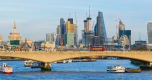 伦敦,英国, 2018年2月17日:伦敦市地平线有滑铁卢brodge的在前景,事务 库存照片