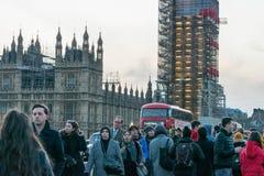 伦敦,英国, 2018年2月17日:威斯敏斯特桥梁和大笨钟整修有的脚手架建筑 免版税库存图片