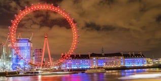 伦敦,英国, 2018年2月17日:英国地平线在晚上 伦敦眼和大厦的Ilumination 免版税库存照片