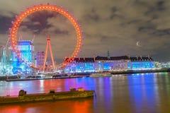 伦敦,英国, 2018年2月17日:英国地平线在晚上 伦敦眼和大厦的Ilumination 免版税图库摄影