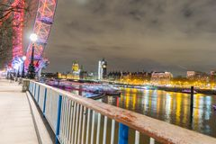 伦敦,英国, 2018年2月17日:英国地平线在晚上 伦敦眼和大厦的Ilumination 库存图片