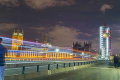 伦敦,英国, 2018年2月17日:长的曝光射击了威斯敏斯特桥梁和大笨钟整修脚手架 图库摄影