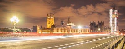 伦敦,英国, 2018年2月17日:长的曝光射击了威斯敏斯特桥梁和大笨钟整修脚手架 库存照片