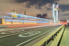伦敦,英国, 2018年2月17日:长的曝光射击了威斯敏斯特桥梁和大笨钟整修脚手架 库存图片