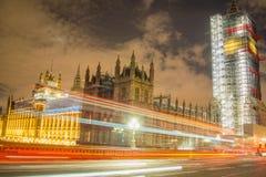 伦敦,英国, 2018年2月17日:长的曝光射击了威斯敏斯特桥梁和大笨钟整修脚手架 免版税库存照片