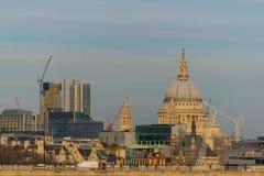 伦敦,英国, 2018年2月17日:St Pauls大教堂,伦敦 在泰晤士河,伦敦的大角度看法 免版税图库摄影