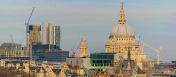 伦敦,英国, 2018年2月17日:St Pauls大教堂,伦敦 在泰晤士河,伦敦的大角度看法 免版税库存图片