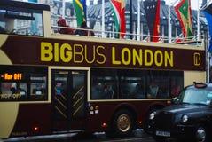 伦敦,英国,2018年3月11日-双重旅游公共汽车,街道视图 多雨的日 免版税库存照片