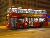 伦敦,英国, 2013年9月4日:双层公共汽车在晚上 库存照片