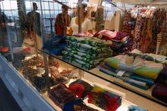 伦敦,英国, 7月03日 2009年:时尚商店窗口有许多的昂贵的fabrik在希思罗机场中 库存图片