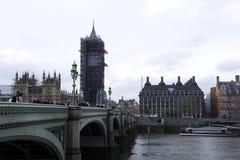伦敦,英国:2018年3月8日:在英国旗子夹克打扮的一个人和太阳镜和卖票的`伦敦`帽子外面 免版税库存图片