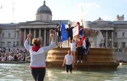 伦敦,英国:15/7/2018 -法国人法国足球迷庆祝赢取的世界杯 库存图片