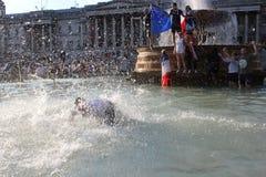伦敦,英国:15/7/2018 -法国人法国足球迷庆祝赢取的世界杯 图库摄影