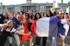 伦敦,英国:15/7/2018 -法国人法国足球迷庆祝赢取的世界杯 库存照片