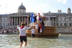 伦敦,英国:15/7/2018 -法国足球迷庆祝赢取的世界杯反对克罗地亚跳舞和唱歌在特拉法加广场 库存图片