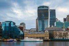 伦敦,英国-中央伦敦著名银行区的全景地平线视图有摩天大楼的,小船 免版税图库摄影