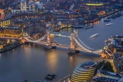 伦敦,英国-举世闻名的塔桥梁的鸟瞰图 图库摄影