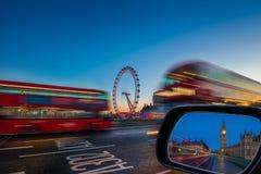 伦敦,英国-传统红色双层公共汽车在活动中在有议会大本钟和议院的威斯敏斯特桥梁  免版税库存图片