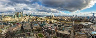 伦敦,英国-伦敦全景地平线视图  这个看法包括银行区摩天大楼  库存照片