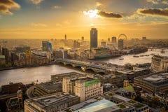 伦敦,英国-伦敦全景空中地平线视图日落的与Blackfriars桥梁 库存图片