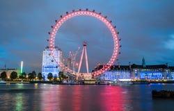 伦敦,英国 伦敦市看法日落的与伦敦眼 免版税库存图片