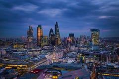 伦敦,英国-伦敦银行区全景地平线视图有金丝雀码头摩天大楼的  库存照片