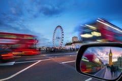伦敦,英国-偶象红色双层汽车在活动中在威斯敏斯特桥梁 库存照片