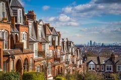伦敦,英国-典型的砖房子和舱内甲板和伦敦全景在一个好夏天早晨 库存图片