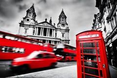 伦敦,英国 圣保罗的大教堂、红色公共汽车、出租车和红色电话亭 图库摄影