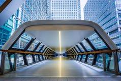 伦敦,英国-在金丝雀码头财政区的公开步行交叉横档人行桥  免版税库存图片
