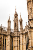 伦敦,英国-威斯敏斯特宫殿和大本钟耸立 库存照片