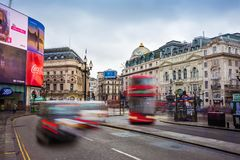 伦敦,英国- 03 15 2018年:在皮卡迪利广场的繁忙的交通有偶象红色双层汽车和黑出租汽车的 免版税库存图片