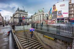伦敦,英国- 15 03 2018年:拿着英国样式伞的Turist 库存照片