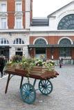 伦敦,英国- 2018年4月:在科文特花园开花在伦敦运输局博物馆前面的装饰在威斯敏斯特市,伦敦 免版税库存照片