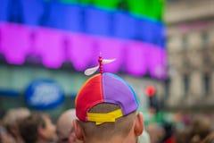 伦敦,英国- 2019年7月:有一个推进器帽子的人在骄傲游行期间的皮卡迪利广场在伦敦 免版税图库摄影