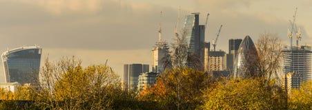 伦敦,英国- 2017年10月17日, :伦敦现代商业区在一清楚的天空天 免版税图库摄影