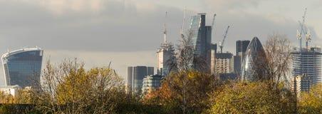 伦敦,英国- 2017年10月17日, :伦敦现代商业区在与顶上喷气机的飞行的一清楚的天空天 免版税库存图片