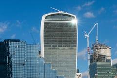 伦敦,英国- 2017年10月17日, :伦敦现代商业区在与顶上喷气机的飞行的一清楚的天空天 库存照片
