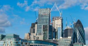 伦敦,英国- 2017年10月17日, :伦敦现代商业区在与顶上喷气机的飞行的一清楚的天空天 库存图片