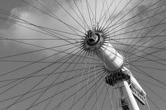 伦敦,英国- 2017年10月17日, :关闭伦敦眼在伦敦,以旋转的轴为目的英国,黑色 免版税图库摄影